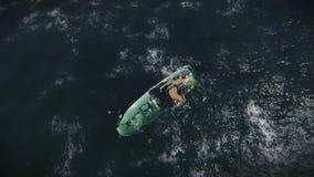 Sjunkande fartyg med överlevande i havslängd i fot räknat royaltyfri illustrationer