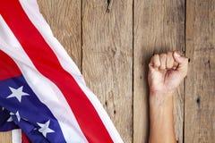 Sjunker den asiatiska mannäven USA för handen begrepp konflikten mellan Kina och Förenta staterna royaltyfria bilder