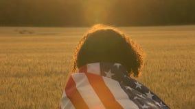 Sjunker den kvinnliga unga kvinnan för afrikansk amerikanflickatonåringen som rymmer amerikanska en USA stjärnor och band, i ett  arkivfilmer