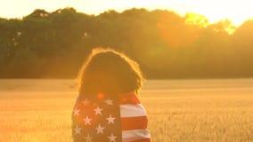 Sjunker den kvinnliga unga kvinnan för afrikansk amerikanflickatonåringen som rymmer amerikanska en USA stjärnor och band, i ett  stock video