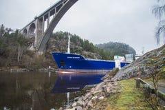 Sjövägar för millivolt Lysvik seglar ut ur Ringdalsfjord Royaltyfri Bild