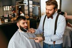 Skägg som klipps i Barber Shop Barber Cutting Beard fotografering för bildbyråer