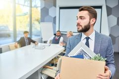 Skäggig affärsman Leaving Job arkivfoto