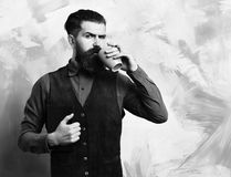 Skäggig brutal caucasian hipster med kaffekoppen och svartanteckningsboken fotografering för bildbyråer