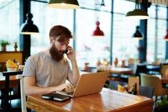 Skäggig chef Having Telephone Conversation Arkivfoton
