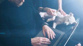 Skäggig coworker som arbetar på den moderna arbetsplatsen Man sammanträde i tappningsoffa, genom att använda den moderna anteckni Royaltyfria Foton
