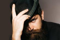 Skäggig gentleman i svart retro hatt Royaltyfri Fotografi