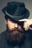 Skäggig gentleman i svart retro hatt Arkivfoto