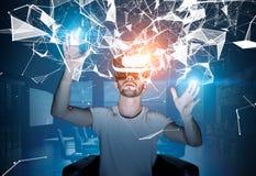 Skäggig grabb i VR-exponeringsglas och modig utveckling Royaltyfri Bild