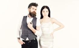 Skäggig hipster med bruduppklädden för bröllopceremoni Kvinnan i bröllopsklänning och mannen i väst kopplar ihop förälskat arkivbilder