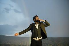 Skäggig hipster med det långa skägget som röker cigaretten på naturlig bakgrund Oskick och böjelse, livsstil arkivbilder