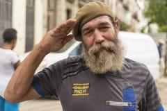 Skäggig kubansk man med att salutera för basker Royaltyfria Foton