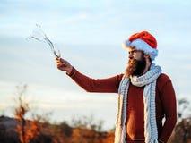 Skäggig man för jul med champagne Arkivfoto