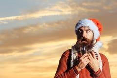 Skäggig man för jul med champagne Royaltyfria Bilder