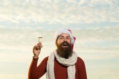 Skäggig man för jul med champagne Arkivbilder