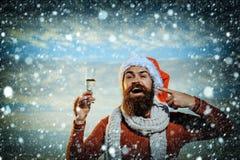 Skäggig man för jul med champagne Royaltyfria Foton