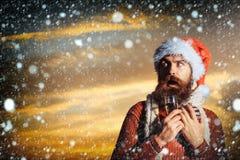 Skäggig man för jul med champagne Royaltyfri Bild