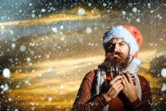 Skäggig man för jul med champagne Royaltyfri Foto