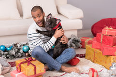 Skäggig man för realitet som rymmer hans hund Royaltyfri Fotografi