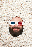 Skäggig man i stereoglasses och popcorn Arkivbild