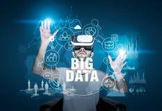 Skäggig man i VR-exponeringsglas, stora data Arkivfoto