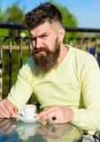 Skäggig man med espressokoppen, drinkkaffe ta för man för avbrottskaffebegrepp Man med skägget och mustasch på den strikta framsi Royaltyfri Fotografi