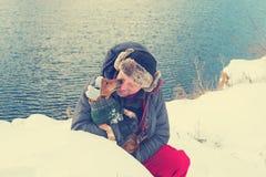 Skäggig man och liten hund i roliga vinterhattar Royaltyfria Bilder