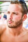 Skäggig man på stranden royaltyfri bild