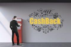 Skäggig man som återtar pengar från atm-maskinen Fotografering för Bildbyråer