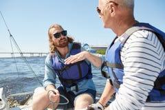 Skäggig man som förklarar seglingregler arkivbilder