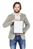 Skäggig man som rymmer en mapp av dokumentet och pekar hans penna på royaltyfria foton