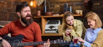 Skäggig man som sjunger hjärta-värmeförälskelsesång Man med hipsterskägget som spelar rörande melodi på gitarren musiker Royaltyfri Bild