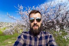 Skäggig man som talar på kameran, snabb selfie 02 Fotografering för Bildbyråer