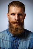 skäggig man Stilig man med ett skägg och en snurrad mustasch royaltyfri bild