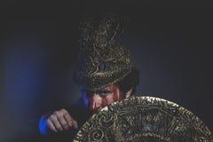 Skäggig mankrigare med metallhjälmen och skölden, lösa Viking Royaltyfri Fotografi