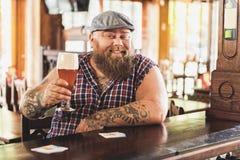 Skäggig manlig dricka dryck för realitet i bar royaltyfria foton