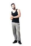 Skäggig muskulös idrottsman nen med knäppte fast händer som ser upp eftertänksamma arkivfoton