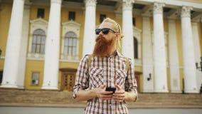 Skäggig turist- man som är borttappad, i stad och att använda smartphoneonline-översikten för att finna rätta riktningar Arkivfoton