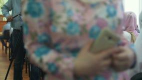 Skäggiga kvinnor för kameramanforsmuslim i sjaletter på det islamiskt masssamlar arkivfilmer