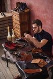 Skäggiga ledar- måla skor arkivbilder