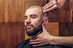Skäggigt få för man rakade med den raka kantrakkniven Arkivbild