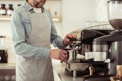 Sk?ggigt skumma f?r man mj?lkar f?r en kopp av cappuccino royaltyfri fotografi