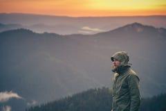 Skäggigt stående ensamt utomhus- för ung man Royaltyfria Foton