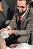 Skäggigt uppföra för advokat som är olagligt, medan motta mutan från klient royaltyfri fotografi