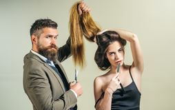 Skäggutforma och snitt Danandefrisyrblicken som är perfekt i barberare, shoppar Rakknivkors Barberaren shoppar hjälpmedel på grå  arkivfoto