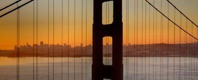 skälla den brofrancisco porten som är guld- över den san soluppgången Arkivfoton