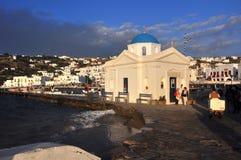 Skälla med den vita grekiska ortodoxa kyrkan på den grekiska öMykonos staden, Grekland Arkivbilder
