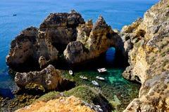 Skälla nära Armacao de Pera i Algarven, Portugal Royaltyfri Fotografi