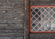 Skällträsiddetalj och rött fönster arkivfoton