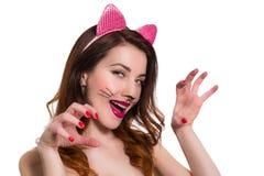 Skämtsam älskvärd kvinnlig i en roll av catwomansminket Royaltyfri Fotografi